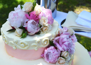Interesting Flowers and Cake Combinations To Gift On Your Wife's Birthday